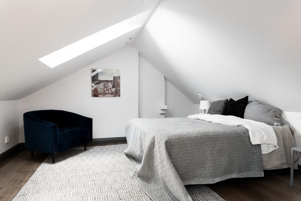 Idéer för ett skandinaviskt huvudsovrum, med vita väggar och brunt golv