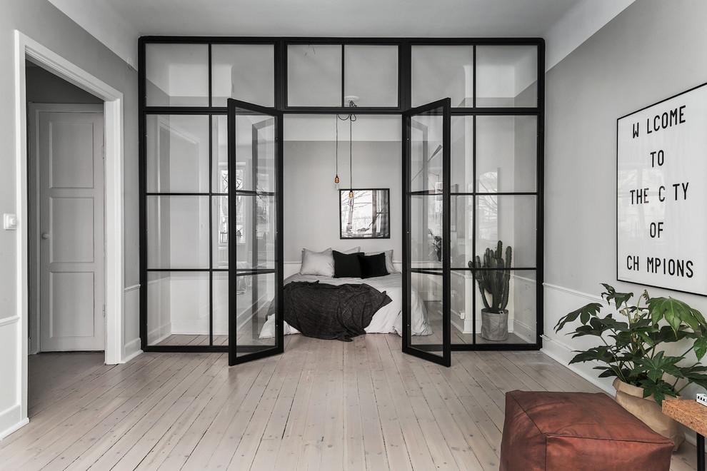 Idéer för att renovera ett stort skandinaviskt sovrum, med grå väggar och ljust trägolv