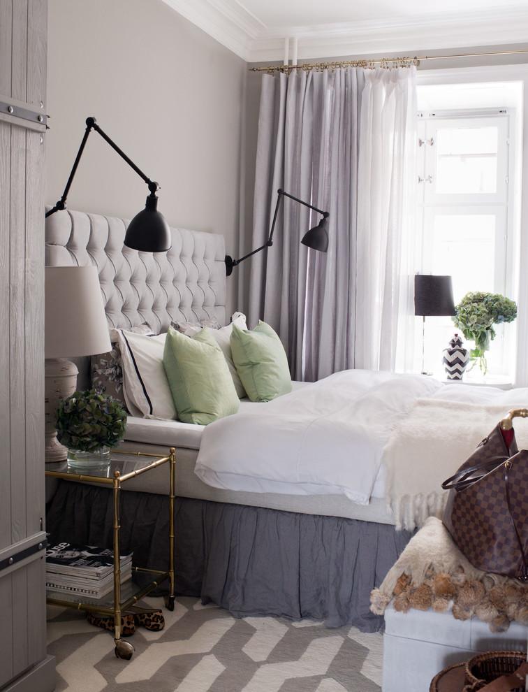 Inspiration för ett mellanstort vintage sovrum, med lila väggar och heltäckningsmatta
