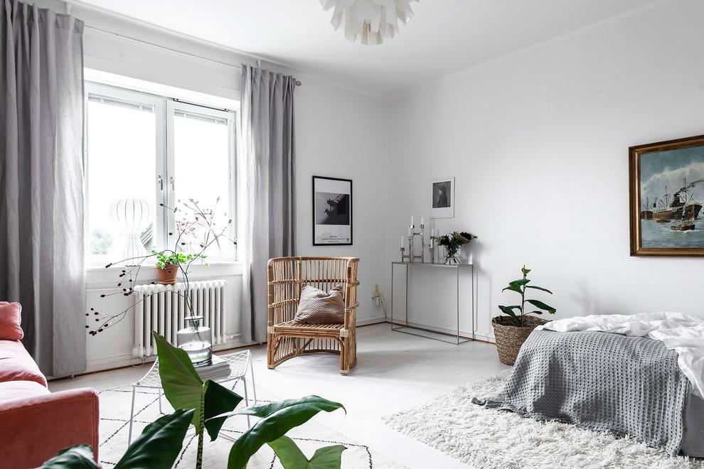 Inredning av ett skandinaviskt sovrum, med vita väggar, målat trägolv och vitt golv