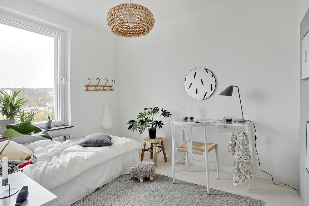 Idéer för skandinaviska sovrum, med vita väggar och beiget golv