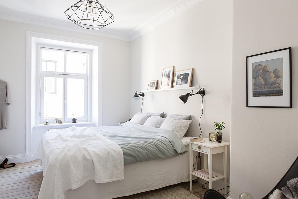 Ispirazione per una camera matrimoniale scandinava di medie dimensioni con pareti bianche, parquet chiaro e nessun camino