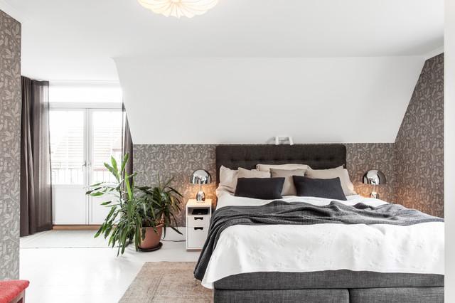 Bild på ett stort funkis sovrum, med vita väggar, målat trägolv och vitt golv