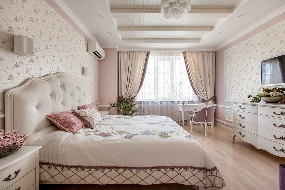 他の地域のシャビーシック調の主寝室の画像 (ピンクの壁、淡色無垢フローリング)