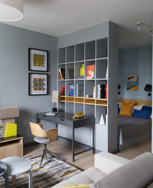 Inspiration pour une petite chambre parentale design avec un mur gris et un sol en bois clair.