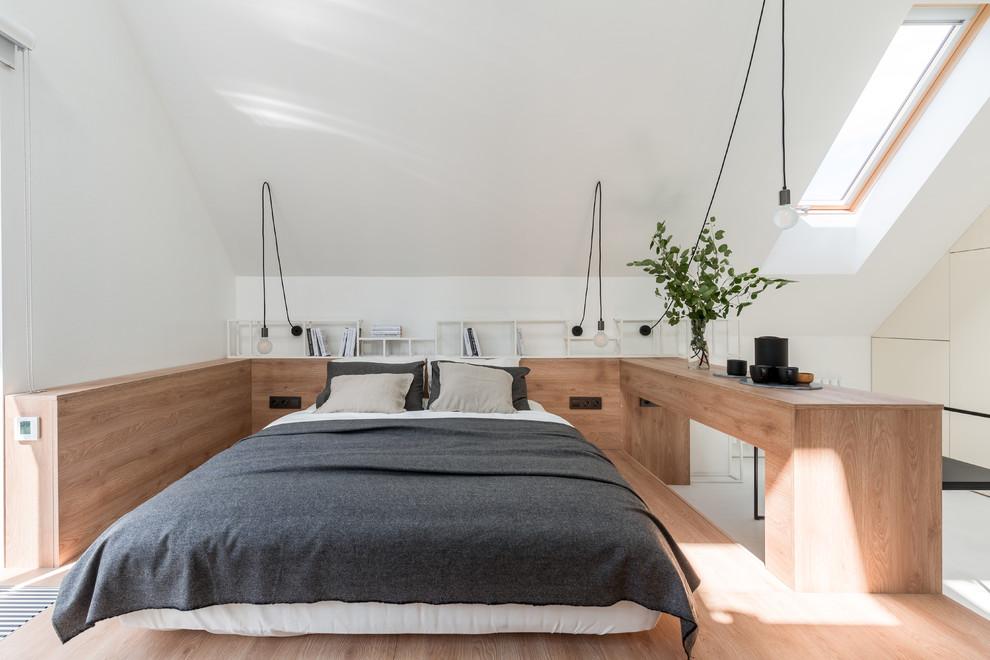 Пример оригинального дизайна: хозяйская спальня в современном стиле с белыми стенами