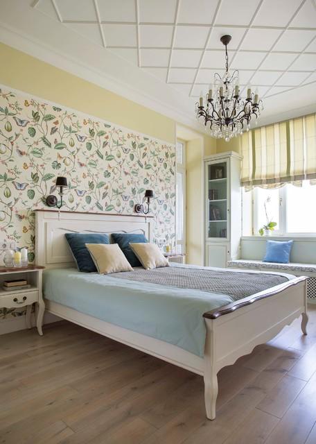 モスクワ, Moskovskaya oblast', ロシアのトラディショナルスタイルの主寝室の写真 (黄色い壁、無垢フローリング)