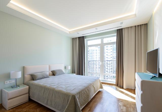 Свежая идея для дизайна: спальня среднего размера в современном стиле с зелеными стенами, паркетным полом среднего тона и коричневым полом для хозяев - отличное фото интерьера