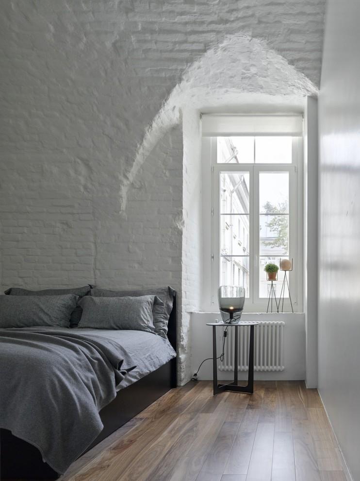 Идея дизайна: хозяйская спальня в современном стиле с белыми стенами, темным паркетным полом и коричневым полом