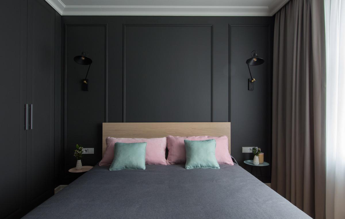 Cette image montre une chambre parentale nordique avec un mur noir.