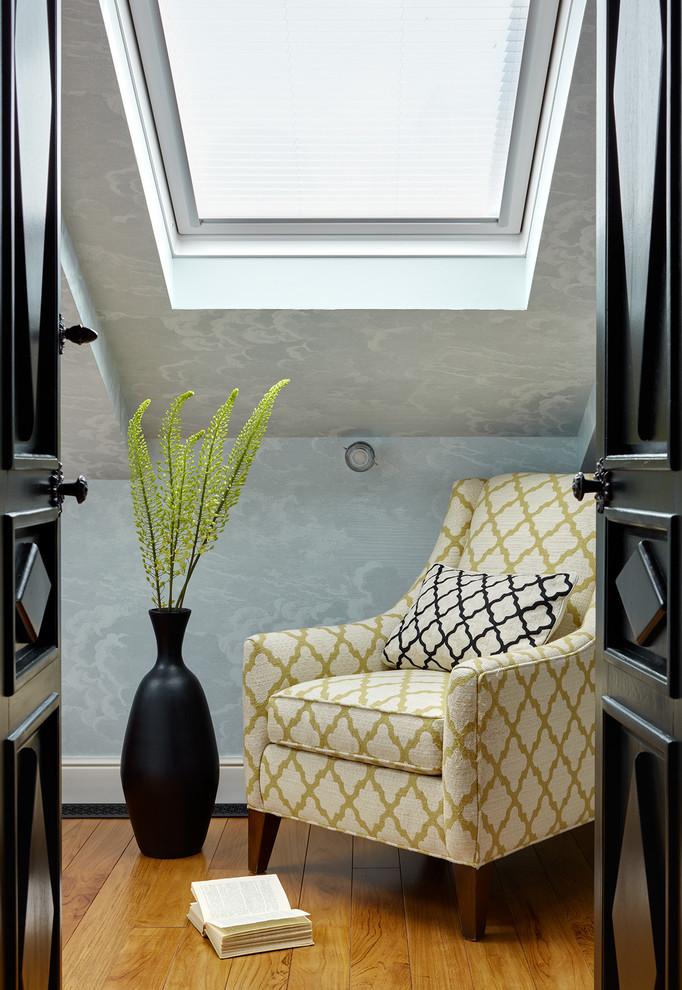 Свежая идея для дизайна: спальня в стиле фьюжн с серыми стенами, паркетным полом среднего тона и коричневым полом - отличное фото интерьера