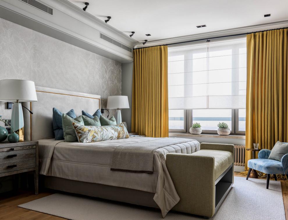 Стильный дизайн: хозяйская спальня среднего размера в современном стиле с серыми стенами, паркетным полом среднего тона и коричневым полом - последний тренд