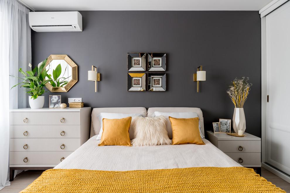Стильный дизайн: хозяйская спальня в стиле современная классика с серыми стенами, бежевым полом и полом из ламината - последний тренд