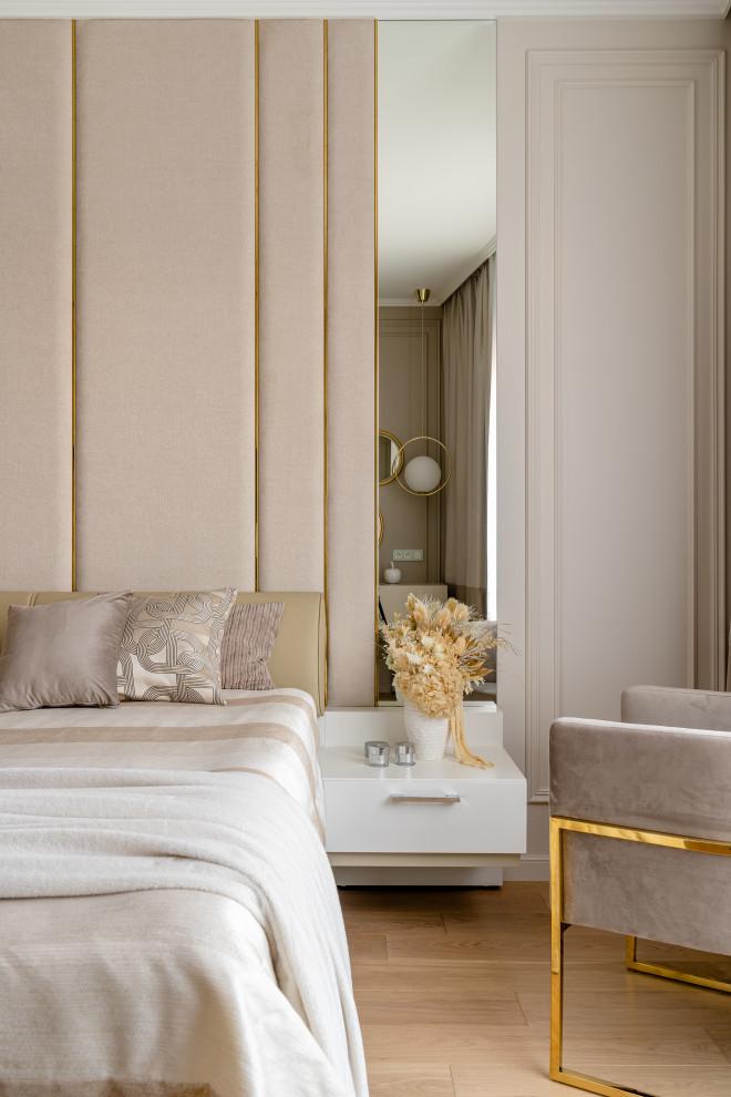 Foto di una grande camera matrimoniale contemporanea con pavimento in legno massello medio e pannellatura