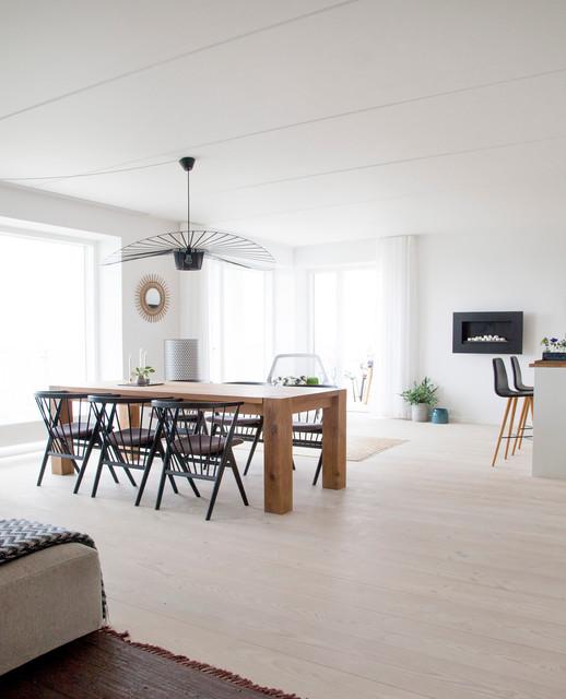 Diseño de comedor de cocina escandinavo, de tamaño medio, con paredes blancas y suelo de madera clara