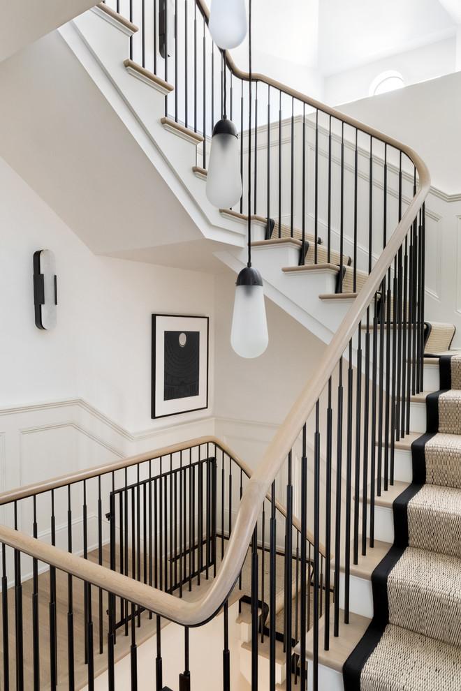 Große Klassische Treppe in U-Form mit Teppich-Treppenstufen, Teppich-Setzstufen und Mix-Geländer in Austin