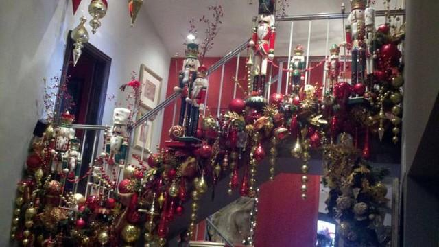 Christmas 2011 traditional-staircase