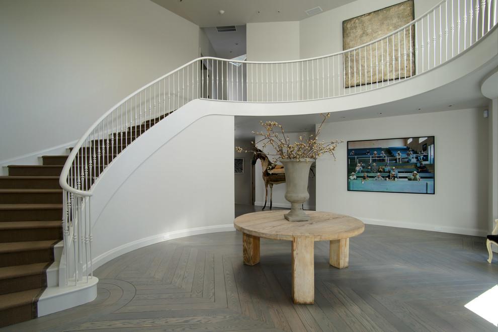 Diseño de escalera curva contemporánea