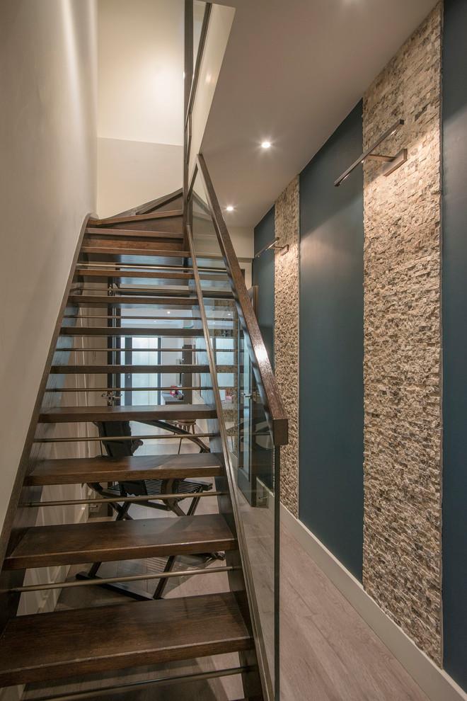 Imagen de escalera recta, actual, sin contrahuella, con escalones de madera