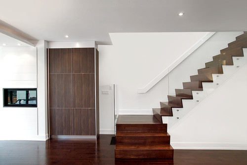Two-stringer stairs without exposed soffit