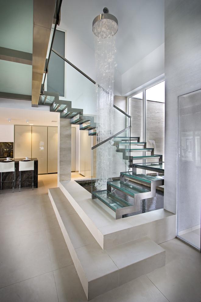 Diseño de escalera en U, actual, grande, sin contrahuella, con escalones de vidrio