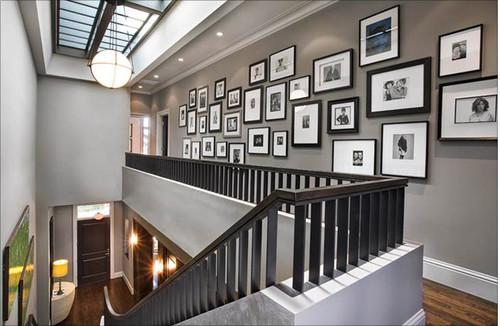 corredor com quadros destacados por uma iluminação de efeito (embutida)