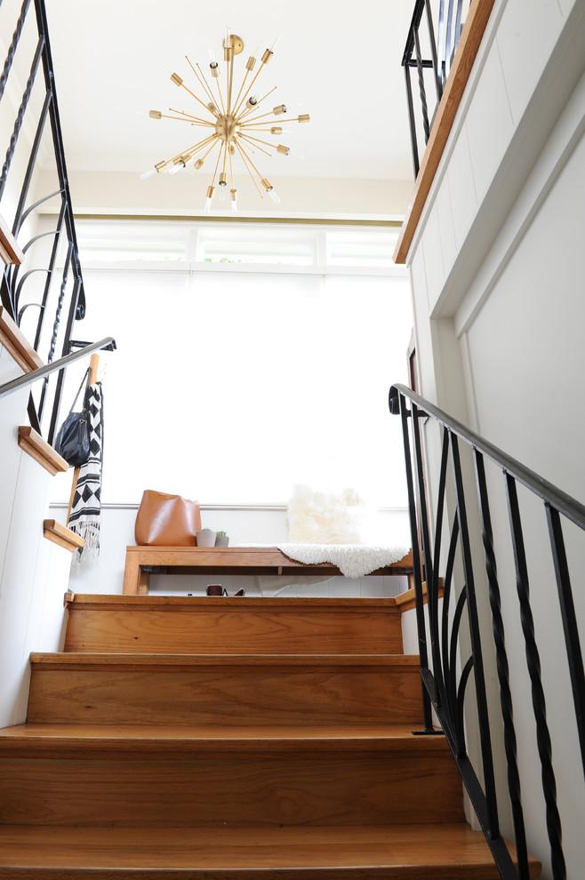 Imagen de escalera en U, retro, de tamaño medio, con escalones de madera, contrahuellas de madera y barandilla de metal