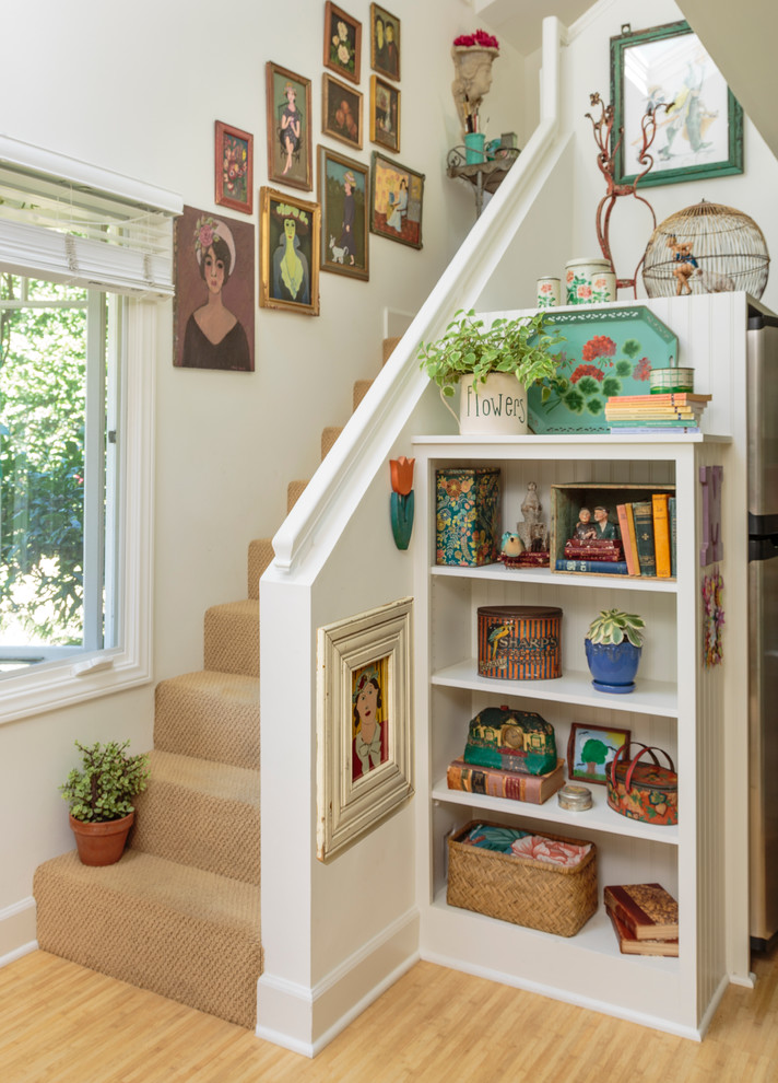 Example of a cottage staircase design in Los Angeles