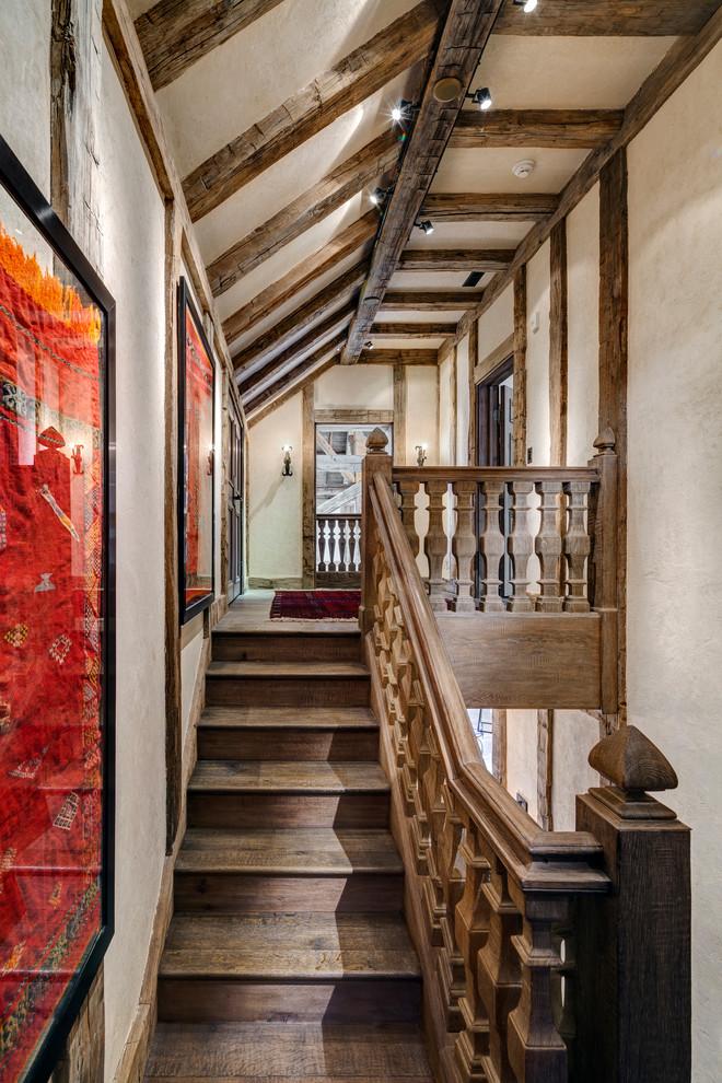 Foto de escalera tradicional con escalones de madera y contrahuellas de madera