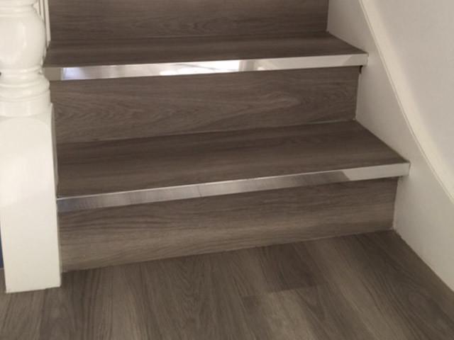 ロンドンのタイルのコンテンポラリースタイルのおしゃれな折り返し階段 (タイルの蹴込み板) の写真