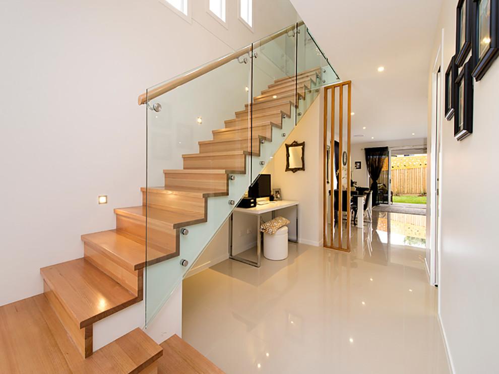 Foto de escalera recta, actual, de tamaño medio, con escalones de madera y contrahuellas de madera