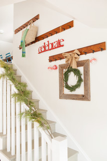 A bare wall with a Christmas wreath.
