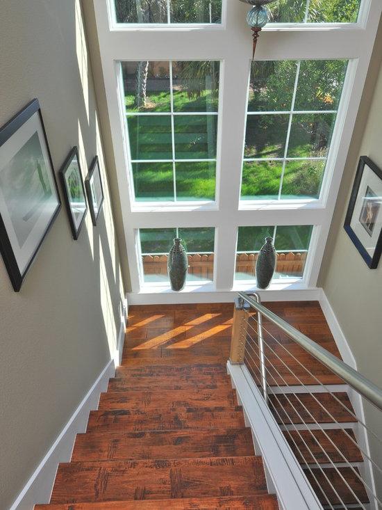 Дизайн окна на лестнице в доме