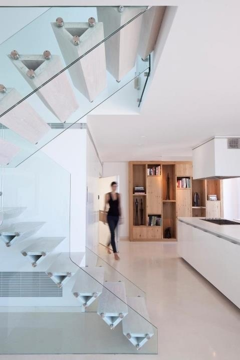 Example of a minimalist staircase design in Tel Aviv