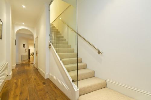 手すりを家の壁側に作り、反対側はガラスの壁で。解放感と、横からの落下防止という実用面でも使えますよ。