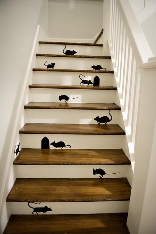 escaleras decoradas con ratones para el dia de halloween