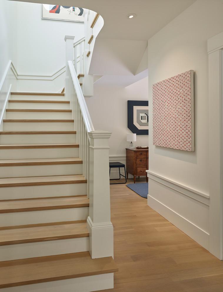 """Esempio di una scala a """"U"""" classica di medie dimensioni con pedata in legno, alzata in legno verniciato e parapetto in legno"""