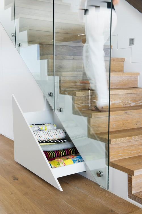 rangement sous l escalier 10 id es fut es pour gagner de la place femme actuelle. Black Bedroom Furniture Sets. Home Design Ideas
