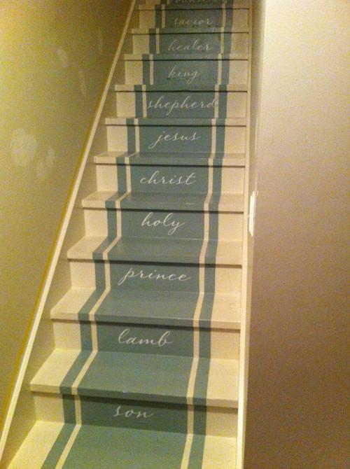 escaleras pintadas beige con verde y palabras en cada escalon