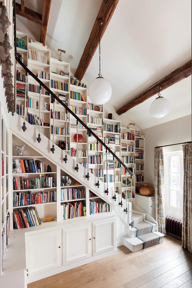 Stilmix Treppe in L-Form mit gebeizten Holz-Treppenstufen und gebeizten Holz-Setzstufen in London