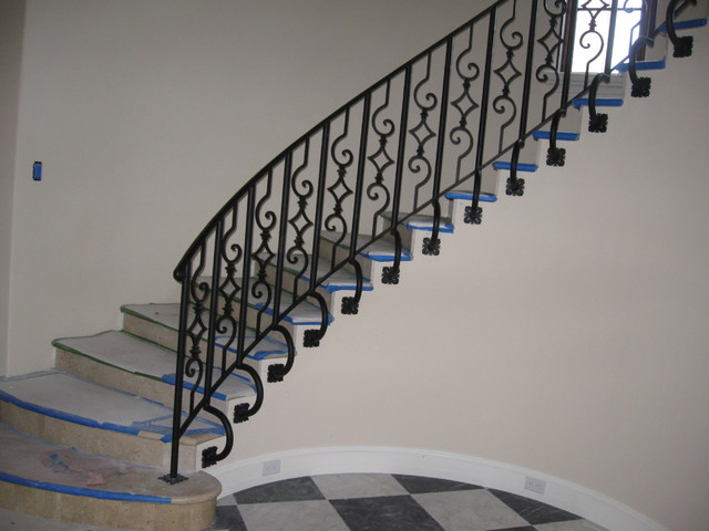 Staircase - traditional staircase idea in Miami