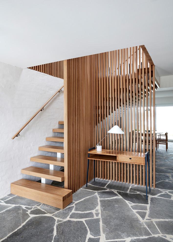 Mid-Century Holztreppe in L-Form mit offenen Setzstufen und Holzgeländer in Los Angeles