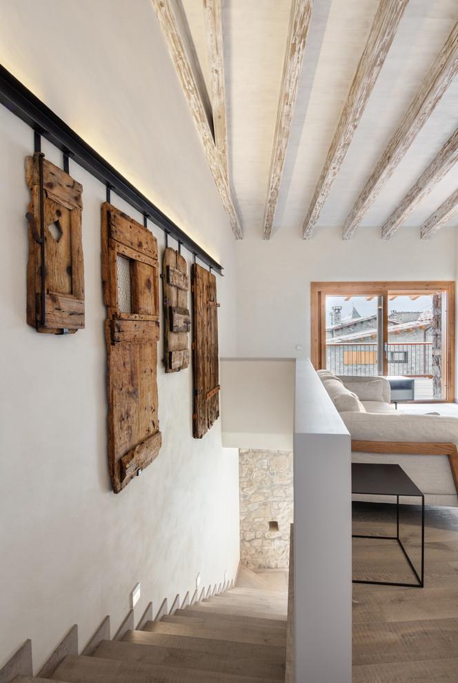 Modelo de escalera en L, rústica, grande, con escalones de madera y contrahuellas de madera