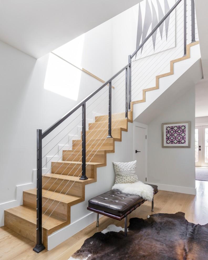 Immagine di una scala moderna con pedata in legno e alzata in legno