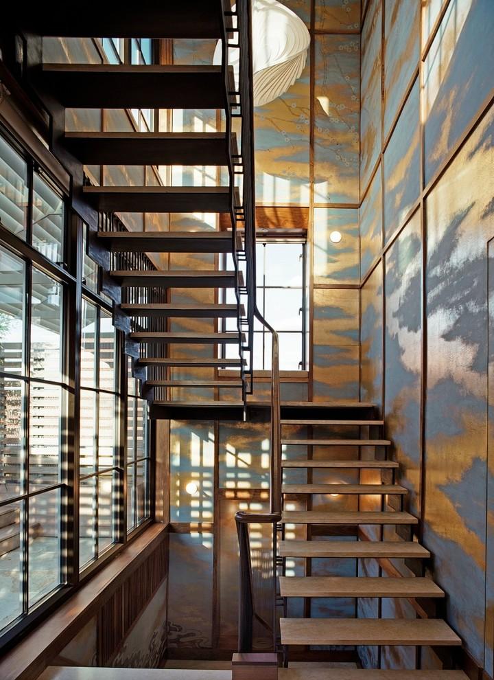 На фото: п-образная лестница в современном стиле с деревянными ступенями без подступенок с