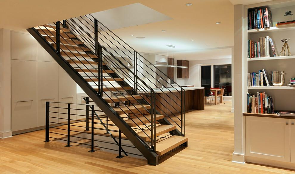 Imagen de escalera recta, contemporánea, sin contrahuella, con escalones de madera y barandilla de metal