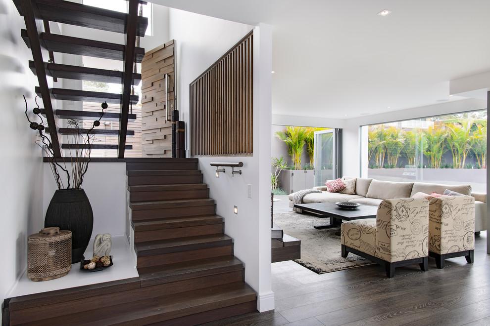 シドニーの木のコンテンポラリースタイルのおしゃれな折り返し階段 (木の蹴込み板) の写真