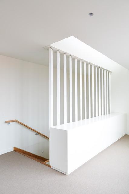 """Idee per una scala a """"L"""" minimal con pedata in legno e alzata in legno"""