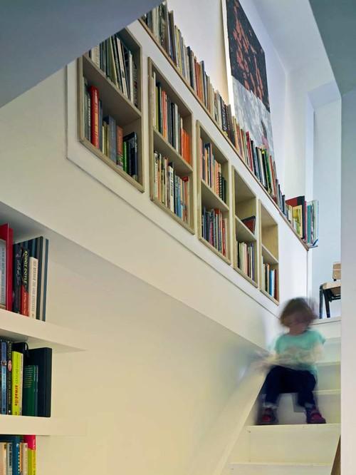 βιλιοθήκη στον τοίχο της σκάλας