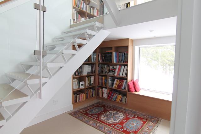 Staircase with Bookshelves modernizm-lestnitsa